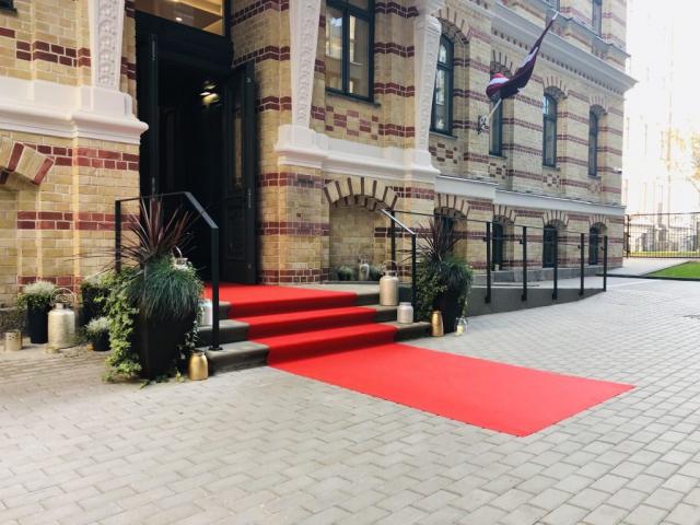 Sarkanais paklājs ieejas trepēs īre